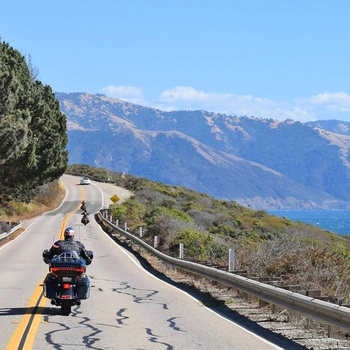 På motorcykel langs kysten på Highway 1, Californien i USA