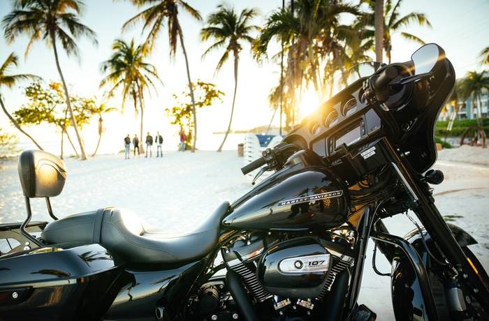 Harley på strand i Key West, Florida i USA
