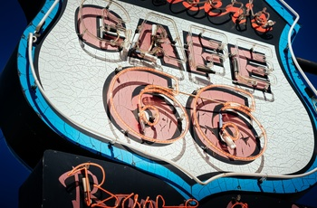 Klassisk neon cafe skilt langs Route 66, USA